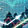 Verdenskort på infoskærm med grafer og pile, der illustrerer investering i aktier